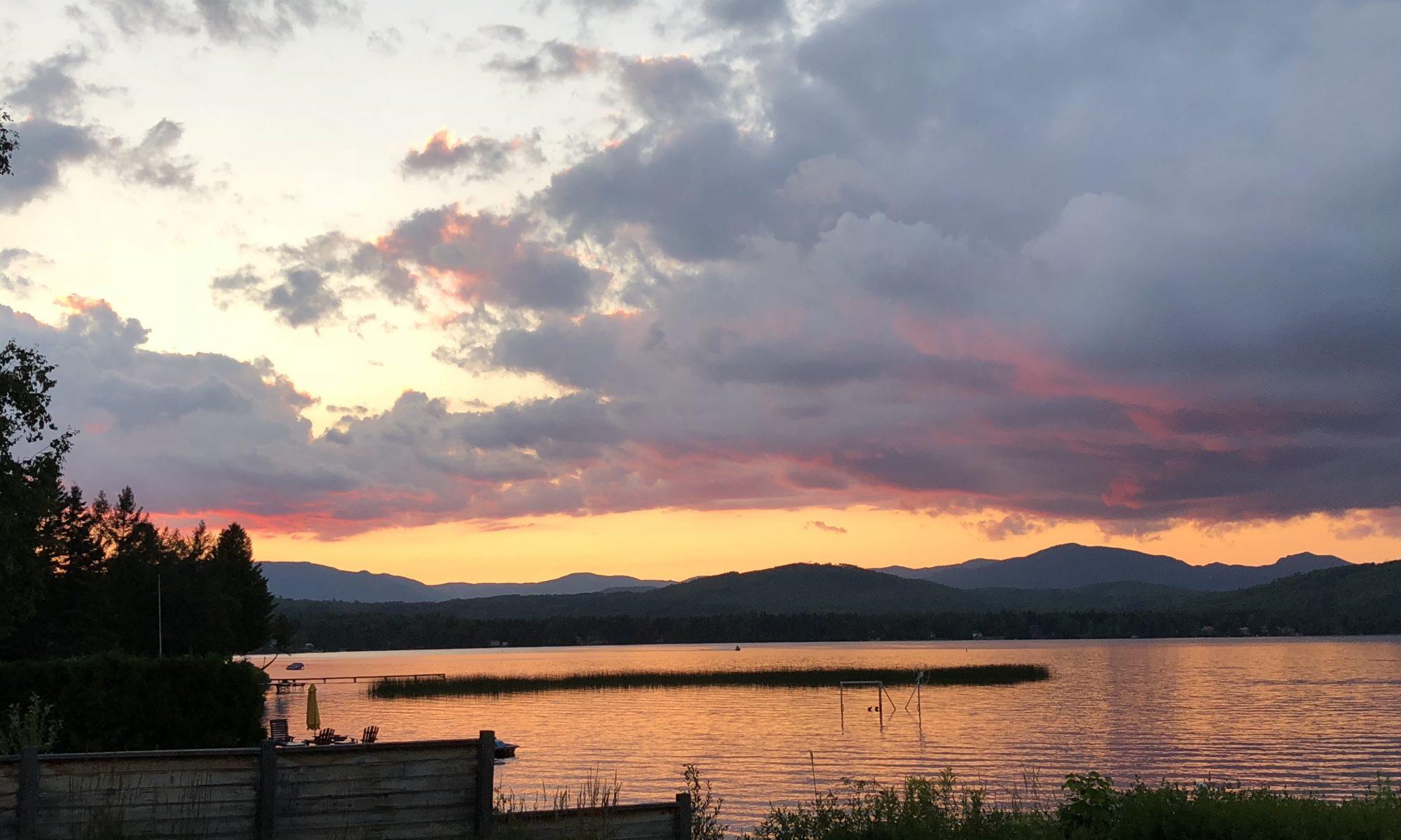 Vue sur le lac Nairne par une belle soirée d'été au Chalet Les Hirondelles - des couchers de soleil grandioses