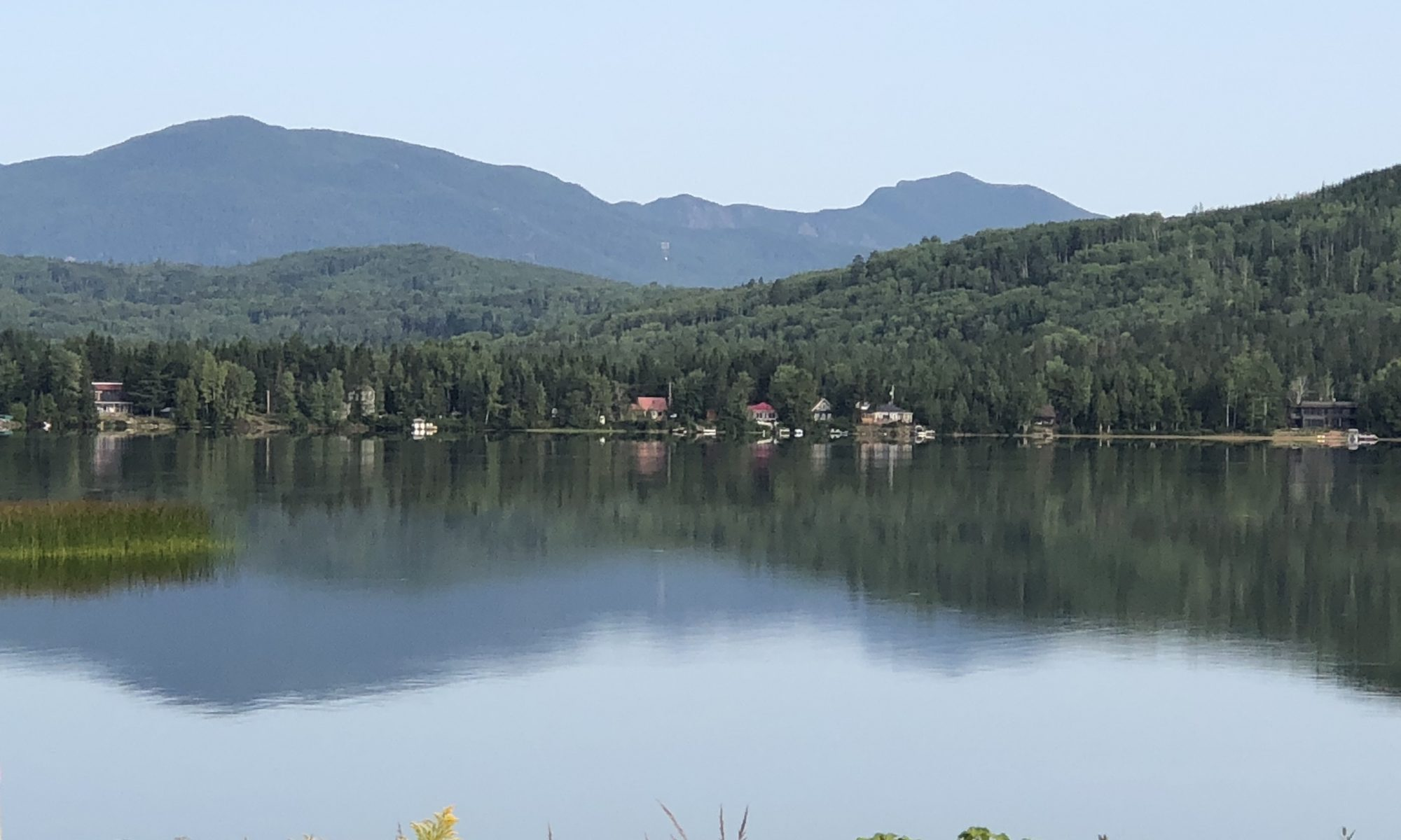 Vue sur la montagne de la Noyée et sur le lac Nairne en été au Chalet Les Hirondelles
