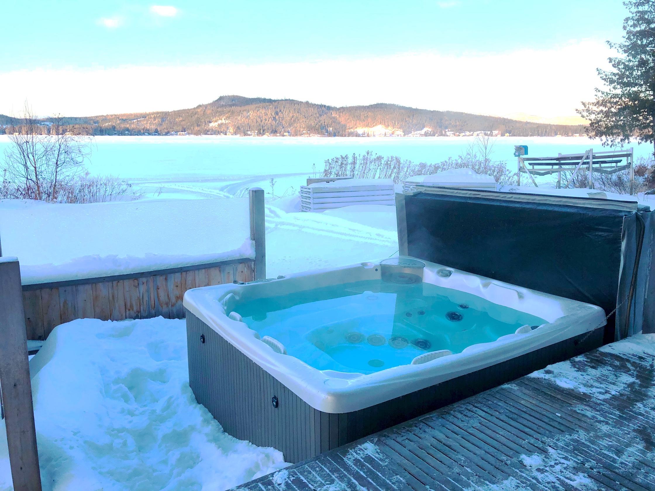 Le spa extérieur sur le lac au Chalet les Hirondelles