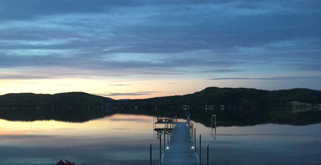 Vue sur le lac Nairne, Charlevoix, belle soirée d'été au Chalet Les Hirondelles